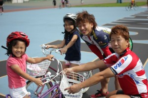 下田和美選手(右)と高村星八選手(中)